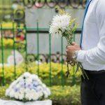 Czy zakup kwiatów w związku ze śmiercią pracownika jest wydatkiem związanym ze sprzedażą opodatkowaną?